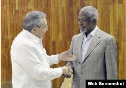 Raúl Castro durante su encuentro con el exsecretario general de la ONU, Kofi Annan.