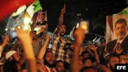 Varios egipcios simpatizantes del depuesto presidente egipcio Mohamed Mursi protestan en los alrededores de la plaza de Rabea al Adauiya, en El Cairo (Egipto) hoy, viernes 5 de julio de 2013.