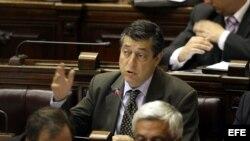 El diputado opositor Gustavo Borsari (c) habla en Montevideo (Uruguay), durante la votación en la Cámara de Diputados.