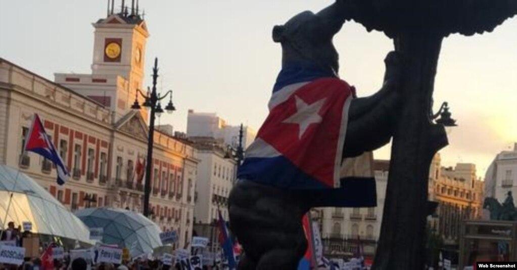 El oso y el madroño, emblemática escultura en la Puerta del Sol tambien luce bandera cubana (Foto tomada de Facebook)