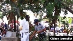 Reporta Cuba. Policía multa y acosa en La Habana. Foto: Arcelio Molina.