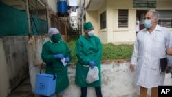 Trabajadores de la salud cubanos hacen pruebas de PCR.AP Photo/Ismael Francisco