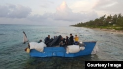 Migrantes cubanos arriban a Islas Caimán. (Foto de la página del gobierno de Islas Caimán)