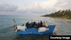 En esta foto de archivo de la página del gobierno de Islas Caimán, una embarcación de migrantes cubanos.