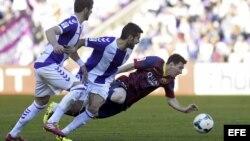 El delantero argentino del FC Barcelona Lionel Messi cae...