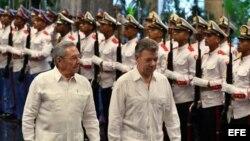 El mandatario cubano Raúl Castro (i) y el presidente de Colombia, Juan Manuel Santos (d), pasan revista a las tropas formadas para la ceremonia oficial de recibimiento lunes 17 de julio de 2017.