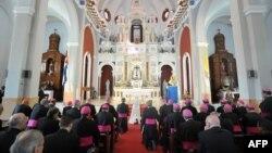 Misa en el Santuario de la Virgen de la Caridad del Cobre, en Santiago de Cuba a la que asistió el papa Benedicto XVI en 2012. OSSERVATORE ROMANO / VATICAN / AFP