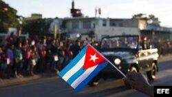 La caravana que traslada los restos del líder de la revolución cubana, Fidel Castro, se dirige hacia el cementerio Santa Ifigenia.
