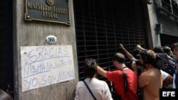 Reporteros esperan a la salida del edificio donde se encuentra el despacho de la fiscal Viviana Fein en Buenos Aires (20 de enero, 2015).