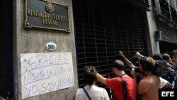 Reporteros esperan a la salida del edificio donde se encuentra el despacho de la fiscal Viviana Fein (20 de enero, 2015).
