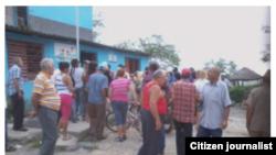 Reporta Cuba la espera en oficinas de Acueducto y Alcantarillado en Calixto García. Foto: Luis Lázaro Guanche.