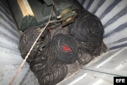 Vista de material bélico dentro de un contenedor del barco norcoreano Chong Chon Gang.