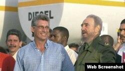 Díaz-Canel junto a Fidel Castro, durante la etapa al frente del PCC en Holguín.