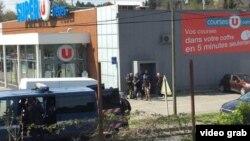 Policias franceses se emplazan a un costado del supermercado Super-U de Trebes, Aude, donde clientes y trabajadores fueron tomados como rehenes por un terrorista de origen marroquí.