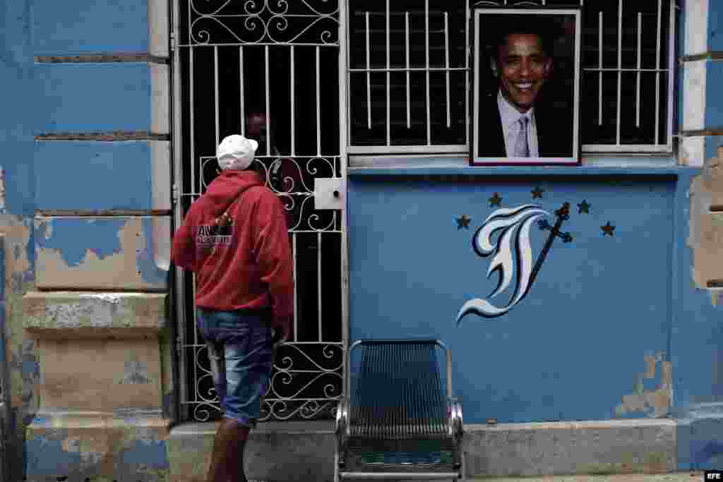 Una foto del presidente de los Estados Unidos Barack Obama cuelga la entrada de una casa hoy, lunes 21 de marzo de 2016, en La Habana (Cuba).