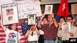 Familiares de Carlos Costa, Pablo Morales, Mario de la Peña, y Armando Alejandre Jr en una misa al día siguiente del derribo de las avionetas en un iglesia en Coconut Grove, Miami.