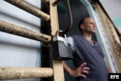 Un recluso permanece en la puerta de su celda, en la prisión Combinado del Este, en La Habana.