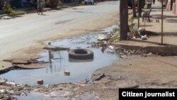 Los salideros en las calles es una realidad en Cuba, donde se pierde por roturas al menos el 60 % del agua que se bombea (Archivo)