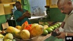Un hombre compra frutas en un mercado agrícola de La Habana.