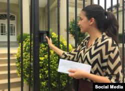 Rosa María Payá a las puerta de la embajada cubana en EEUU.