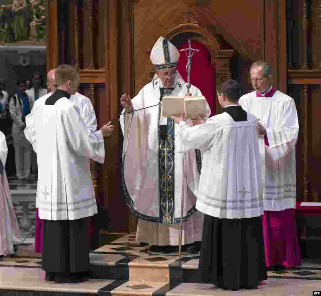 El papa oficia una misa en la Basílica de San Pedro y Pablo, en Filadelfia.