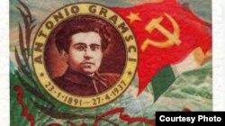 Filósofo italiano Antonio Gramsci, inspirador del marxismo cultural, junto a la bandera comunista.