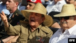 Raúl Castro conversa con su homólogo uruguayo, José Pepe Mujica (i-d), en Santiago de Cuba, después de su discurso durante un acto celebrado por el 60 aniversario del asalto al cuartel Moncada.