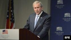 George W. Bush durante el acto de entrega de documentos de Havel.