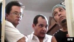 """De izquierda a derecha: Eduardo del Llano, y los actores Néstor Jiménez y Luis Alberto García, en una escena del corto """"Monte Rouge"""", una parodia sobre la seguridad cubana, que no se ha estrenado en las salas cubanas"""