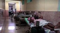 Camillas en los pasillos del hospital Julio Aristegui, en Cárdenas, Matanzas. (Captura de video/TV estatal)