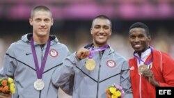 El estadounidense Ashton Eaton (C) con el oro, junto con su compatriota Trey Hardee (i) que fue plata y el cubano Leonel Suárez (d) bronce, en los Juegos Olímpicos de Londres 2012.
