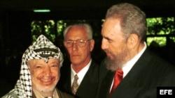 El líder palestino Yasser Arafat (izq) junto a Fidel Castro (der) en el Palacio de Convenciones de La Habana, durante la celebración de la Cumbre Sur.