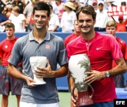 Djokovic (i) y Federer, reciben sus trofeos tras concluir el torneo Western & Southern Open 2015 en Cincinnati, ganado por el jugador suizo.