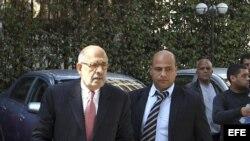 El premio Nobel de la Paz y miembro del partido opositor Frente Nacional de Salvación, Mohammed el Baradei (izq), llega a un encuentro de la coalición opositora, en la sede del partido Al Al-Wafd en El Cairo, Egipto,