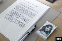 Una fotografía de Yaeko Taguchi, una víctima de secuestro norcoreana, permanece junto a un informe sobre el país asiático que realizó la Comisión de Investigación de la ONU sobre Corea del Norte.
