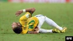 Neymar (c) es atendido por su compañero Marcelo (d) y el centrocampista colombiano James Rodríguez (i) tras recibir un golpe que le fracturó una vértebra.