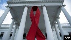 Lazo rojo en edificio de Washington, DC, por el Día Muncial del SIDA.