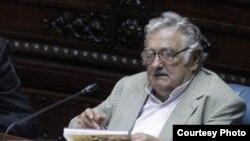 El ahora senador José Mujica defendió en la Comisión de Hacienda el perdón de la deuda cubana con Uruguay.