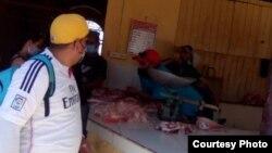 Mirando y dejando; muchos no pueden adquirir alimentos al precio fijado tras la unificación monetaria en Cuba, como este cliente en una carnicería de Sancti Spíritus. (Foto: Adriano Castañeda)