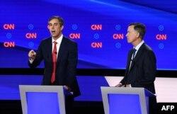 El ex congresista de Texas Beto O'Rourke (a la izquierda) y el ex gobernador de Colorado John Hickenlooper en un momento del debate del martes (Foto: AFP).