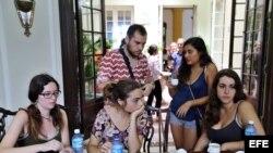 Un grupo de turistas españoles varados en Cuba tras el paso del huracán Irma. (Archivo)