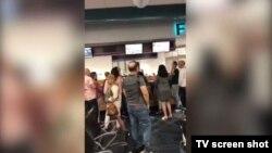 Cubanos varados en el Aeropuerto Internacional de Miami, tras la cancelación hecha por la compañía chárter Gulfstream. (Captura de video/Univisión 23)