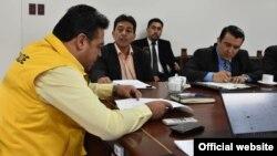 El ministro de Hidrocarburos de Bolivia, Víctor Hugo Zamora, durante unareunión con la empresa estatal Yacimientos Petrolíferos Fiscales Bolivianos.