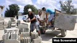 Grupo de personas colaboran para construir sus viviendas.