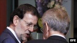 Mariano Rajoy conversa con Mario Monti.