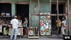 Vista de unos puestos de venta de artesanías en la ciudad de Santiago de Cuba donde se celebrará el 26 de julio