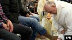 Imagen facilitada por el periódico Osservatore Romano que muestra al Papa Francisco lavando y besando los pies de los reclusos durante una Misa de la Cena del Señor del Jueves Santo oficiada en a la cárcel romana de menores de Casal del Marmo.