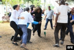 De izq. a derech. las activistas prodemocráticas Leticia Ramos e Yris Pérez Aguilera, atacadas por las turbas del régimen cubano.
