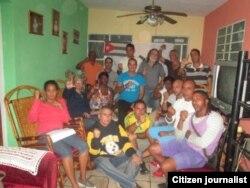 Reporta Cuba. Opositores firman documento. Foto: Ángel Escobedo.