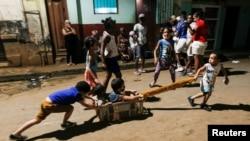 Un grupo de niños jugando en la calle sin protección contra el COVID-19.